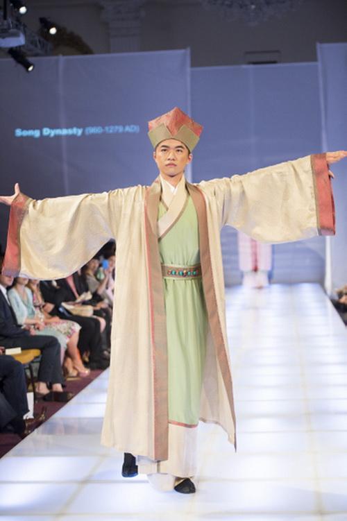 Золотая награда: Су Чи Чан с Тайваня получила золотую награду за ансамбль учёного династии Сун. Фото: Dai Bing/Epoch Times