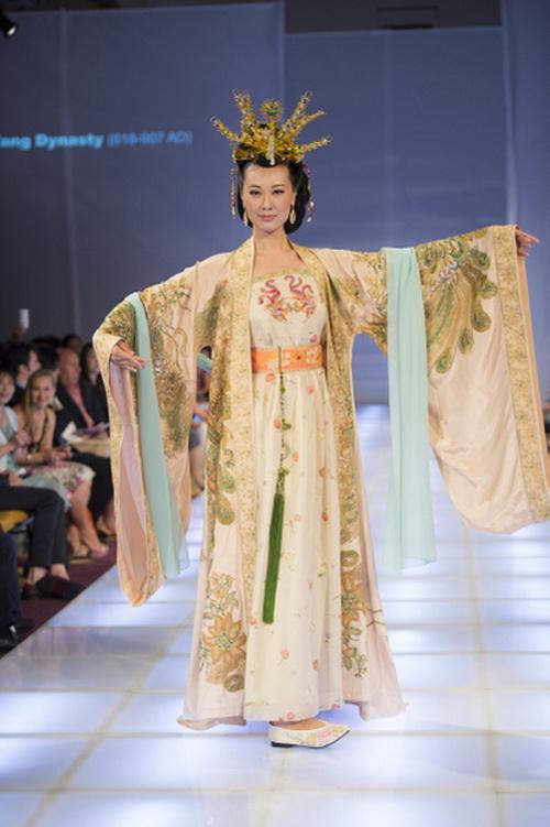 Серебряная награда: Ли-ю Ван получила серебряную награду за наряд императрицы династии Тан, украшенный фениксами. Фото: Dai Bing/Epoch Times