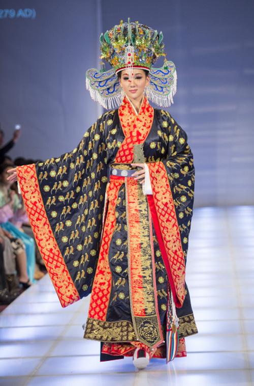 Бронзовая награда: её Линь-ли-мей Тан из Тайваня за исторически точный ансамбль императрицы династии Сун, который включает изысканно сложный головной убор, украшение из нефрита и тканую деталь на спине. Фото: Dai Bing/Epoch Times