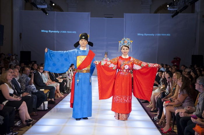Я-чи Чан из Тайваня получил специальный приз за пару в свадебных нарядах эпохи династии Мин. Фото: Dai Bing/Epoch Times