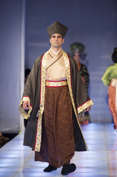 Тоу-ин Као из Тайваня получил специальный приз за платье династии Сун. Фото: Dai Bing/Epoch Times