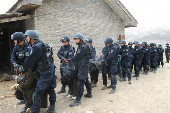 Тибетцы, задержанные китайскими силами безопасности, 2011 год. В декабре 2013 года в уезде Дриру было задержано более 1000 тибетцев. Фото с сайта theepochtimes.com