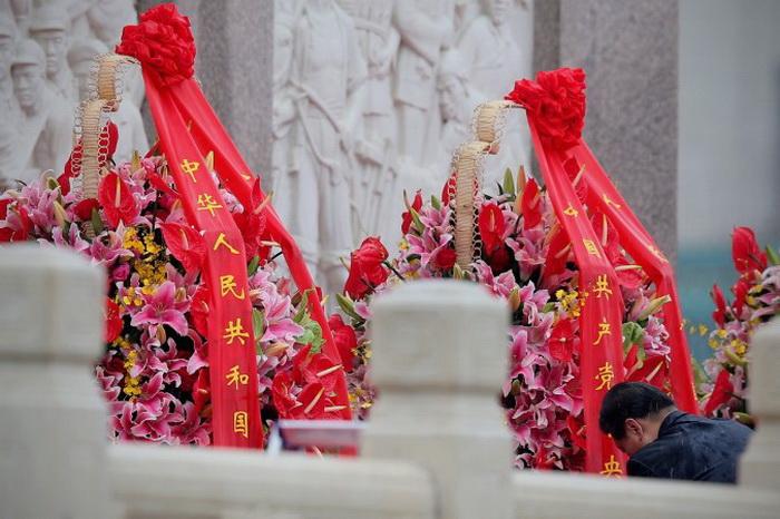 Генеральный секретарь коммунистической партии Китая Си Цзиньпин у монумента Народным героям на площади Тяньаньмэнь, 1 октября 2013 года, Пекин, Китай. Фото: Feng Li/Getty Images
