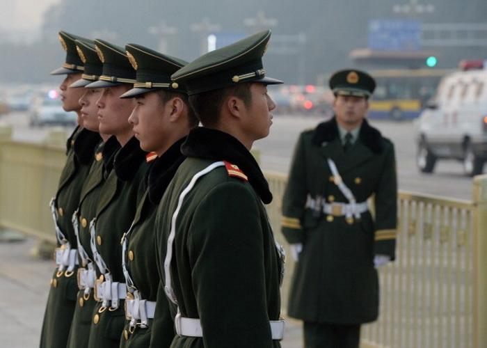 Китайские полицейские на площади Тяньаньмэнь, Пекин, 8 ноября 2013 года. Центральный военный совет Китая создал специальные инспекционные группы, которые проверят ведущих офицеров в армии и Народной вооружённой полиции, согласно государственному информационному агентству «Синьхуа». Фото: Mark Ralston/AFP/Getty Images