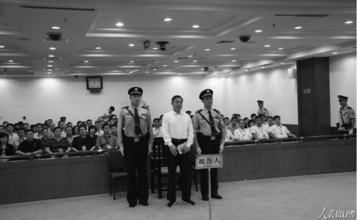 Бо Силай в суде Цзинаня, столицы провинции Шаньдун, 22 сентября 2013 года. Арест Бо Силая в марте 2012 года ознаменовал начало кампании по уменьшению влияния мощного аппарата внутренней безопасности китайского режима. Фото с сайта weibo.com