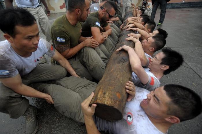 Тренировочный лагерь в Академии безопасности (Genghis Security Academy) в Пекине, 6 июня 2013 года. В связи с увеличением социальных конфликтов в Китае наблюдается бум в охранном бизнесе. Фото: AFP/Getty Images