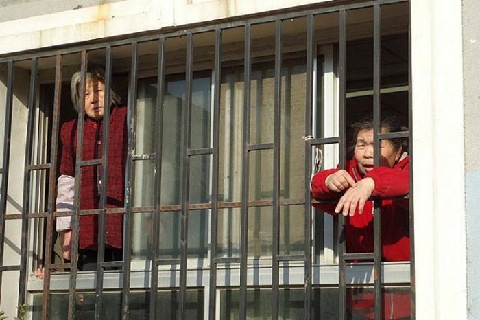 Петиционеры (жалобщики) г-жа Чэнь Бисян (слева) и г-жа Юй Хун (справа) во время содержания под стражей в «чёрной тюрьме» Пекина в январе 2012 года. Фото с сайта theepochtimes.com