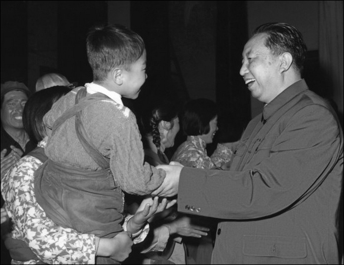 Хуа Гофэн приветствует ребёнка, участвовавшего в пьесе, 21 мая 1977 г. В начале 2001 г. Хуа заявил о желании выйти из китайской компартии, но ему было в этом отказано. Фото: AFP/Getty Images
