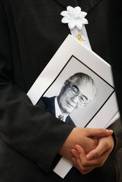 Человек держит портрет Жун Иженя, бывшего вице-председателя Всекитайского съезда народных представителей. Жун Ижень перед своей смертью заявил, что китайская коммунистическая партия безнадёжна. Фото: Photo by China Photos/Getty Images