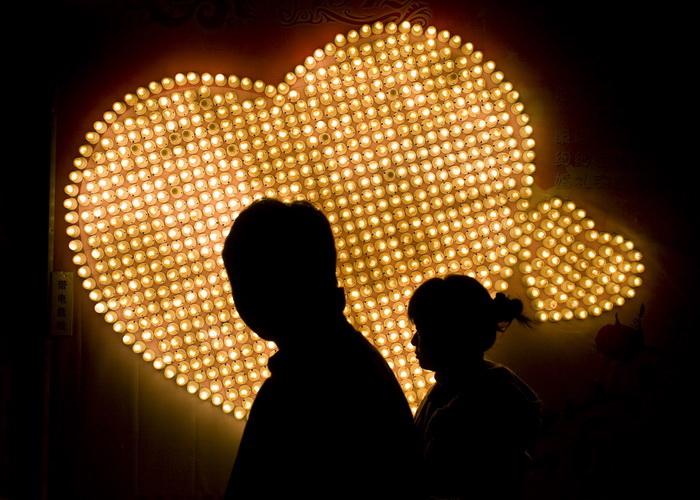Одинокие китайцы подшутили над влюблёнными на день святого Валентина. Фото: China Photos/Getty Images