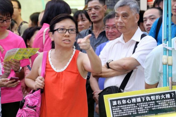 14 июля 2013 года Лам Вэй Цзе, учительница из Гонконга, вступилась за последователей Фалуньгун. Видеосюжет позже был отредактирован так, чтобы представить её как нарушителя порядка. Фото: Pan Zai Shu/Epoch Times