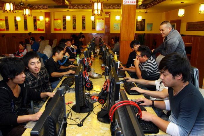 Посетители интернет-кафе в Цзяшане, провинция Чжэцзян, Китай, 2 ноября 2012 года. «Китайский подпольный киберрынок скрыт от публики, но его не очень сложно найти»,  говорится в недавнем докладе. Фото: AFP/AFP/Getty Images