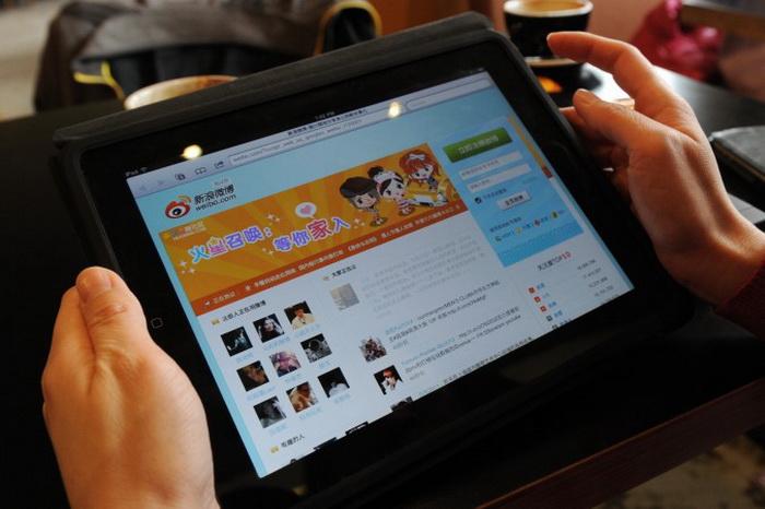 Женщина просматривает сайт Weibo в кафе Пекина 2 апреля 2012 года. Фото:  (Марк Ролстон/AFP/Getty Images)