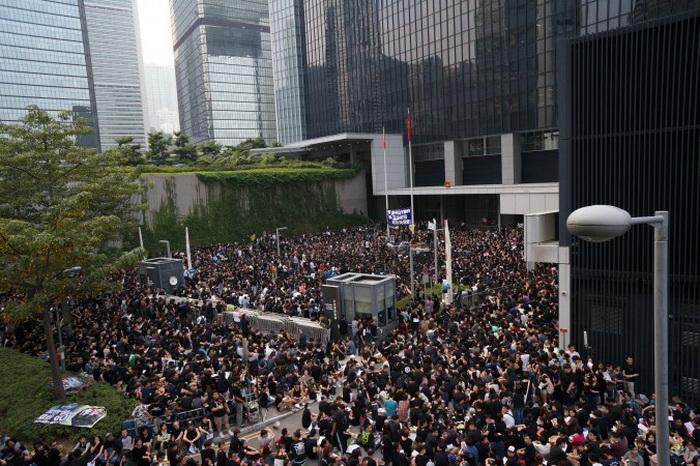Некоторые из 120000 демонстрантов, которые прошли через Гонконг 20 октября 2013, в знак протеста против отказа в лицензии независимому вещателю HKTV. Фото: Aaron Tam/AFP/Getty Images