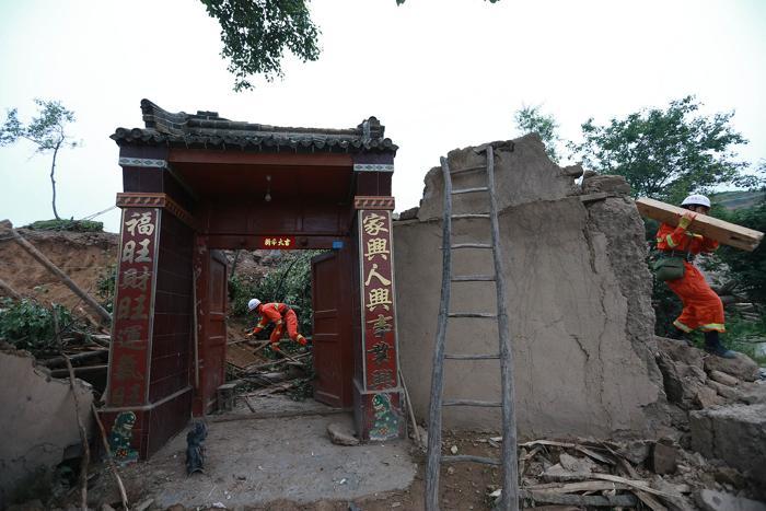 Землетрясение в центре Китая унесло жизни 94 человек. Фото: ChinaFotoPress/ChinaFotoPress via Getty Images