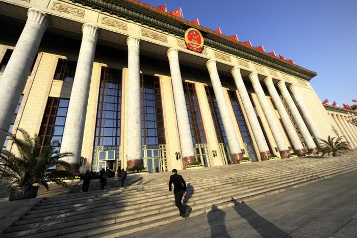Охранник идёт по лестнице к Большому залу народных собраний в Пекине 14 ноября 2012 год. Центральное правительство приказало провести общенациональный аудит муниципальных долгов. Фото: Wang Zhao/AFP/Getty Images