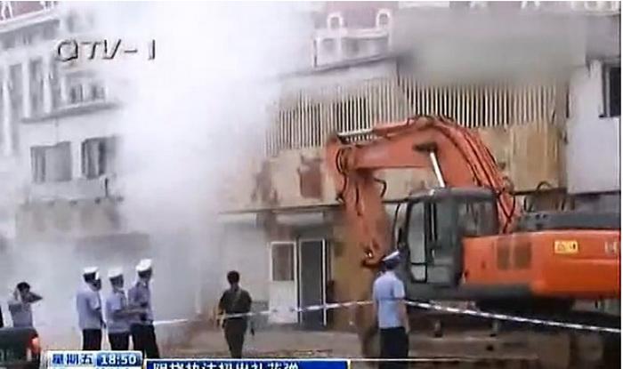 Сцена сноса здания, где Ван бросает петарды на бульдозер и сотрудников безопасности, которые пришли, чтобы его выселить. Фото с сайта: weibo.com