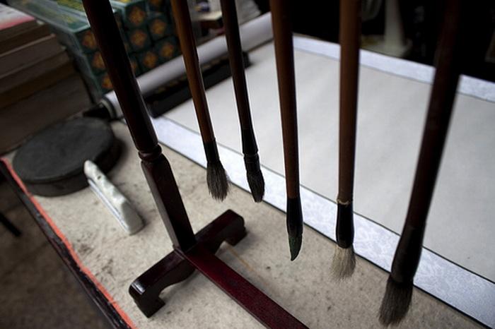 «Четыре сокровища для обучения»: кисть, ёмкость с чернилами, бумага и раскаточная красочная доска. Кроме того, скорость, сила и ловкость являются ключом к созданию прекрасного произведения искусства. Фото: Ash-rly/Flickr