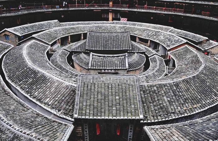 Глиняные жилища ханцьев являются оригинальными объектами архитектуры. Они к тому же могут быть круглыми, квадратными, овальными и пятиугольными. Обычно у них есть несколько круглых колец внутри. Фото: Xiao Yue