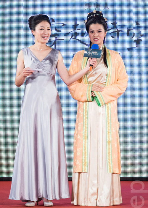 Ведущая Ян Цзэньцин (слева) и участница Чэнь Шихань (справа). Фото: Чэнь Байчжоу/Великая Эпоха (The Epoch Times)