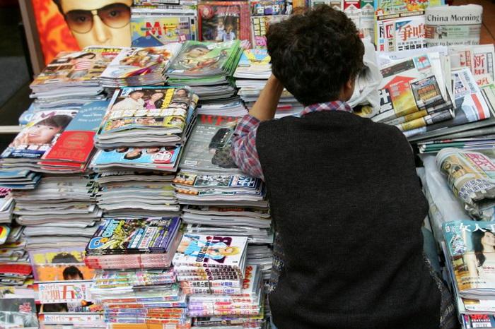 Продавец газет в Гонконге ждёт клиентов. Фото: Guang Niu/Getty Images