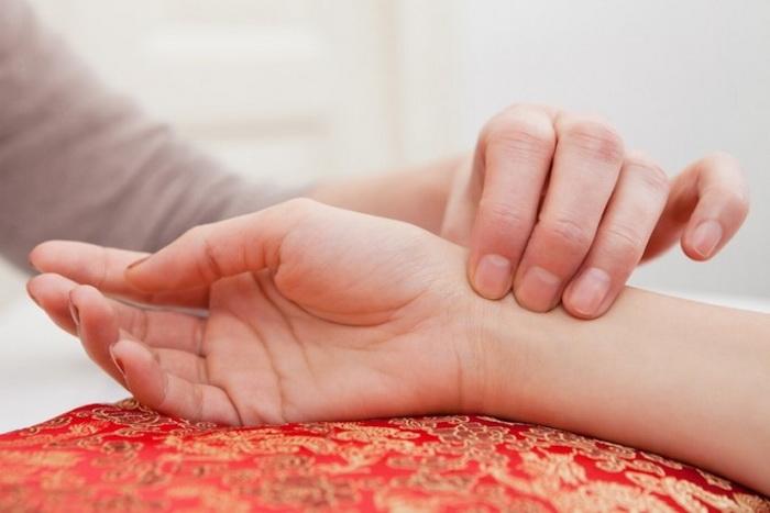 Проверка пульса. Фото: Shutterstock