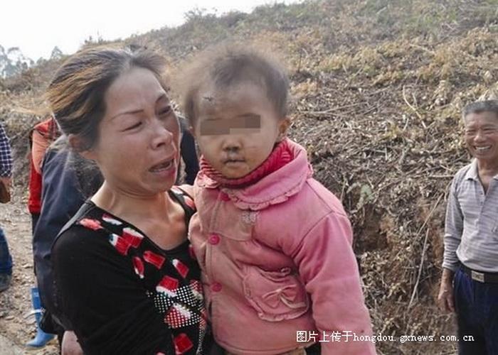 16-месячная Мэй и её мать. Мэй пропала 1 января в провинции Гуанси, спустя два дня она была найдена совершенно здоровой. Фото: Screenshot/Guangxi News