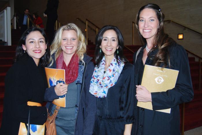(Слева направо) Клаудиа Ленц, Шеннон Эриксон, Тиффани Ниридер и Натали Скрехот получили большое удовольствие от выступления Shen Yun в Центре исполнительских искусств Jones Hall в Хьюстоне (штат Техас). Фото: en.minghui.org