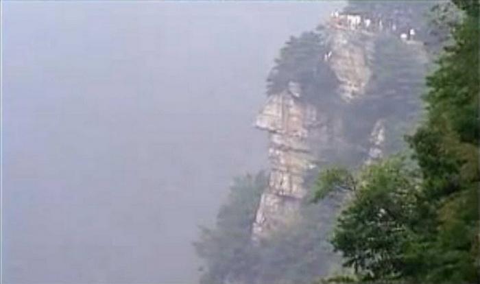 Если посмотреть на общий пейзаж, то один утёс, выступая, явно напоминает лицо с глазами, носом, губами, щеками и подбородком, то есть создаёт полную структуру лица. Даже сосны на его вершине напоминают волосы, а целая картина похожа на тело гиганта. Фото: China Gaze