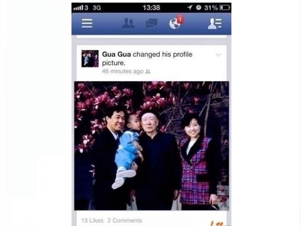 Бо Гуагуа обновил 19 августа свою страничку на Facebook, поместив фотографию. На фото Гу Кайлай стоит неподалёку, а отец Бо Силай держит их сына Бо Гуагуа, который целует деда Бо Ибо, считающегося одним из основателей коммунистической партии Китая. Фото с сайта www.theepochtimes.com