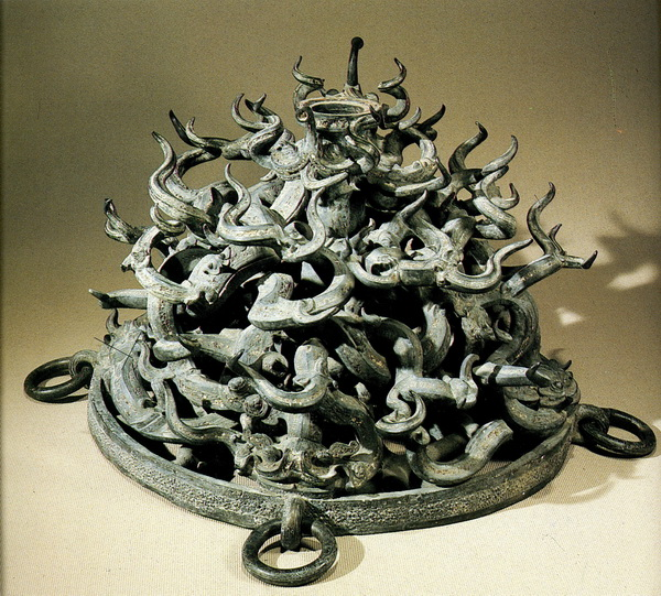 Клубок драконов и пресмыкающихся — подставка под барабан (бронза). Фото предоставлено Государственным музеем изобразительных искусств имени Пушкина