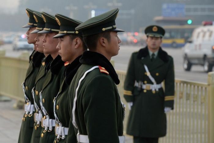 Полицейские на площади Тяньаньмэнь в Пекине 8 ноября 2013 года. Некоторые высокопоставленные силовики, связанные с преследованием Фалуньгун, были недавно арестованы. Фото: Mark Ralston/AFP/Getty Images