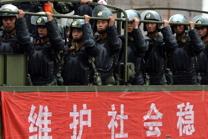 Китайская военизированная полиция направляется на разгон демонстрации в Урумчи, провинция Синьцзян, 29 июня 2013 года. Семинар в Кембридже для сотрудников Министерства общественной безопасности Китая был отменён из-за отказа китайской стороны обсуждать вопрос о правах человека. Фото: Mark Ralston/AFP/Getty Images