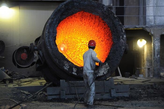 Рабочий сталелитейного завода в восточной провинции Хэбэй 25 июня 2011 г. Избыток производственных мощностей в сталелитейной и других отраслях станет одной из главных трудностей для экономики Китая в 2014 г. Фото: STR/AFP/Getty Images