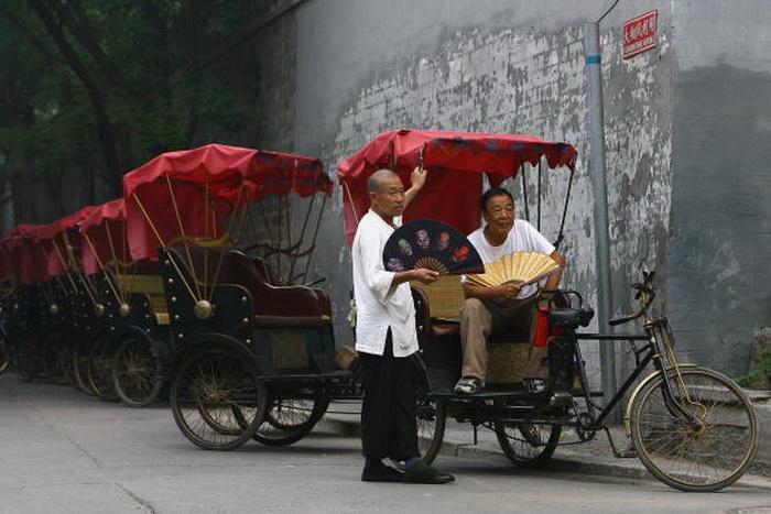 Можно отметить такой транспорт, как велорикши, тарифы устанавливаются в зависимости от дальности пункта назначения и веса пассажира. Фото: Julian Finney/Getty Images