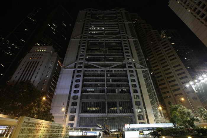 (Слева-направо) Башня банка Китая, небоскрёб Cheung Kong Centre, здание банка HSBC и банка Standard Charter с выключенным освещением в Час Земли, 23 марта 2013 года, Гонконг. Расположенный на 61-ом этаже Башни банка Китая, научно-исследовательский институт «Одна страна — две системы» арендует одно из самых дорогих офисных помещений в мире. Фото: Jessica Hromas/Getty Images