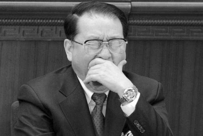 Ли Чанчунь, бывший член Постоянного комитета Политбюро, зевает во время открытия сессии Всекитайского собрания народных представителей Китая в Большом зале народных собраний, Пекин, 5 марта 2012 года. Недавняя волна новостей в управляемой государством прессе о Ли и его семье вызвали слухи, что он будет обвинён в коррупции. Фото: Liu Jin/AFP/Getty Images