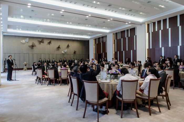 Чжан Сяомин (слева), директор Бюро по связям, на обеде с членами Законодательного совета Гонконга, 16 июля 2013 года. На обед не пригласили главу Гонконга Лян Чжэньина. По мнению наблюдателей, это означает, что Пекин им недоволен. Фото: Philippe Lopez/AFP/Getty Images