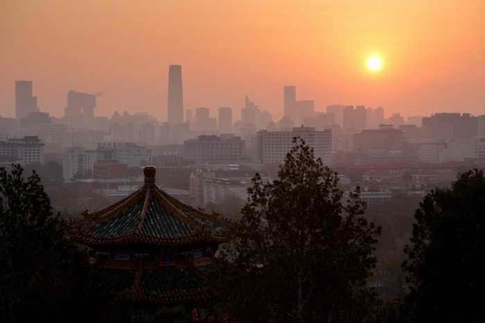 Рассвет в Пекине, 6 ноября 2012 года. Согласно гонконгскому журналу Frontline, коммунистическая партия Китая рухнет в 2016 году. Фото: Ed Jones/AFP/Getty Images