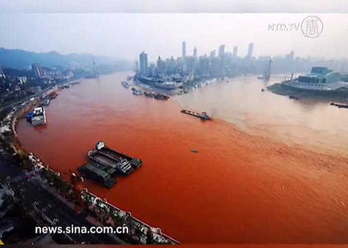 Жители города Чунцина на юго-западе Китая были озадачены странным зрелищем: Янцзы, самая длинная река Китая, стала кроваво-красного цвета. Фото:. NTDTV