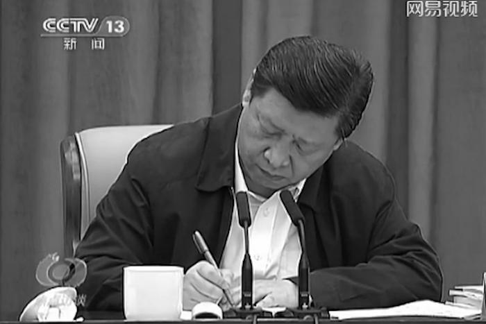 Си Цзиньпин делает заметки на партийном собрании. Фото с сайта theepochtimes.com