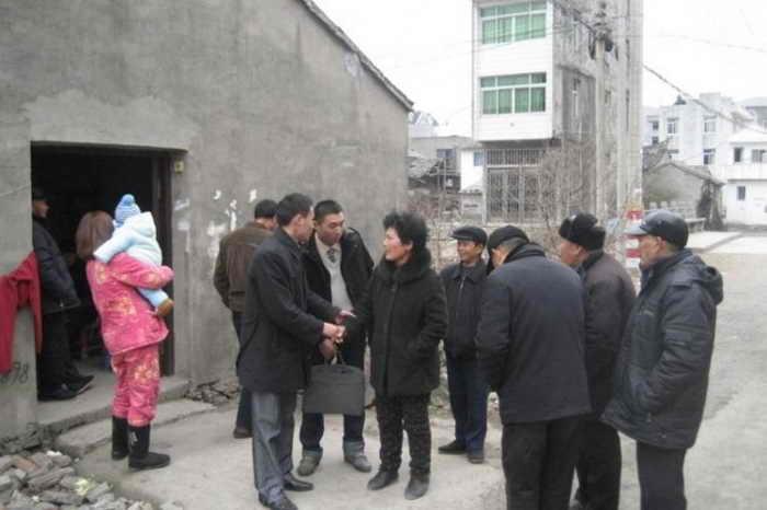 Члены демократической партии Вэй Шуйшань и Сюэ Минкай (в центре в белом свитере)  прибыли в деревню Цзайцяо, чтобы опросить родственников Цянь Юньхуя, главы деревни, который таинственно погиб 25 января 2010 г. Отец Сюэ Минкая также погиб 29 января 2013 при неизвестных обстоятельствах. Официальные власти объявили, что это было самоубийство. Фото предоставлено информаторами.