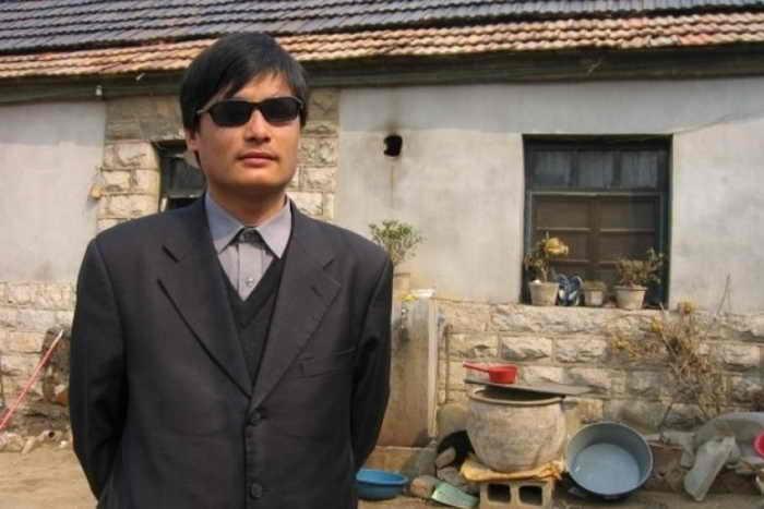 Китайский слепой правозащитник Чэнь Гуанчэн. Его племянник Чэнь Кэгуй находится в китайской тюрьме и серьёзно болен, но руководство тюрьмы не позволяет сделать ему операцию. Фото: Weibo.com
