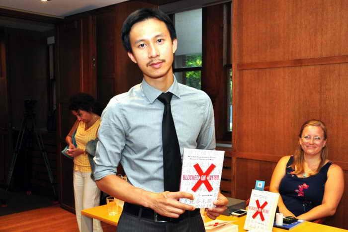 Джейсон К. Нг (Jason Q. Ng), участник программы Google Policy Fellow из центра Citizen Lab Университета Торонто, 29 августа презентует свою книгу «Заблокированные на Weibo». Фото: Zhou Xing/Epoch Times