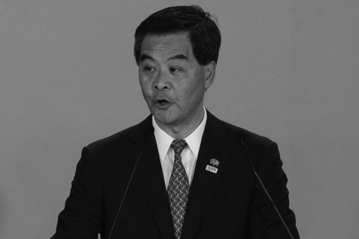 Руководитель Гонконга Лэн Чунь-ин выступает в Гонконге 1 июля 2013 г. В Гонконге предполагают, что он не нравится Пекину и ему недолго оставаться руководителем. Фото: Anthony Wallace/AFP/Getty Images