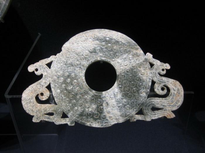 Нефритовое кольцо с двумя драконами и зернистым узором, период Враждующих царств (475 г. до н. э. – 221 г. до н. э). Фото: Mountain at Shanghai Museum via Creative Commons