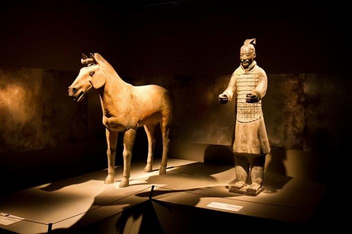 Статуи терракотовых воинов, похороненных вместе с императором Цинь — первым императором Китая, 210–209 годы до н. э., экспонировались в Музее открытий на Таймс-Сквере в 2012 г. Фото: Benjamin Chasteen/The Epoch Times