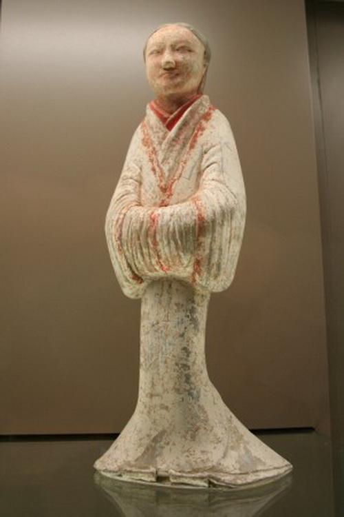 Терракотовая служанка, период династии Западная Хань (206 г. до н. э. – 220 г. н. э.), Музей Cernuschi, Париж. Фото: Guillaume Jacquet via Creative Commons