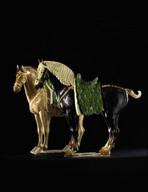 Пара великолепных керамических лошадей, покрытых глазурью Sancai (трёхцветной), период династии Тан; чёрная лошадь: 27 x 30 дюймов, чалая лошадь: 26 ѕ x 30 дюймов. Оценка по запросу. Из предстоящей продажи коллекции прекрасной китайской керамики и произведений искусства Sothebys. Фото: Sothebys