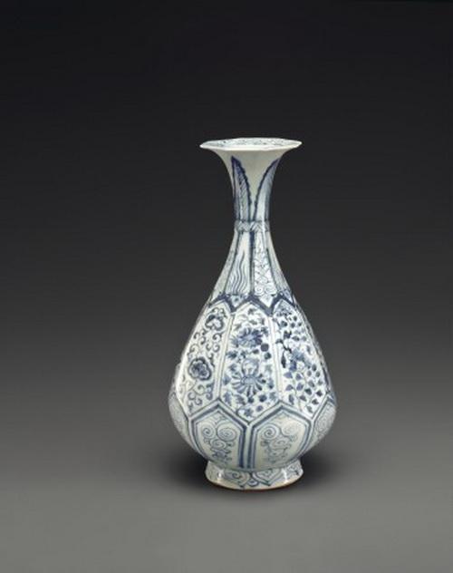 Очень редкая сине-белая шлифованная ваза в виде бутылки «юйхучуньпин». Высота вазы 11 5/8 дюймов. Оценена в $ $30000–50000. Лот 1302 из коллекции прекрасной китайской керамики и произведений искусства, продажа от Christies. Фото: Christies